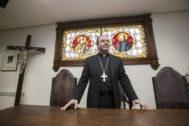 El obispo Juan Carlos Elizalde en su despacho de la diócesis de Vitoria.