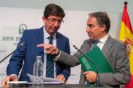 El consejero de la Presidencia y portavoz, Elías Bendodo, le indica su lugar al vicepresidente del Ejecutivo andaluz, Juan Marín.