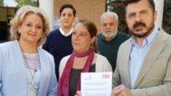 En el centro, Dolores García. A su lado, Toni Martín sostiene el contrato que firmó con el candidato socialista.