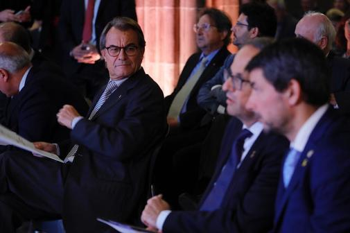 El ex presidente catalán Artur Mas observa a Quim Torra, en un acto,...