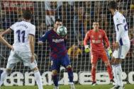 Messi se prepara para controlar el balón antes de marcar el cuarto al Valladolid.