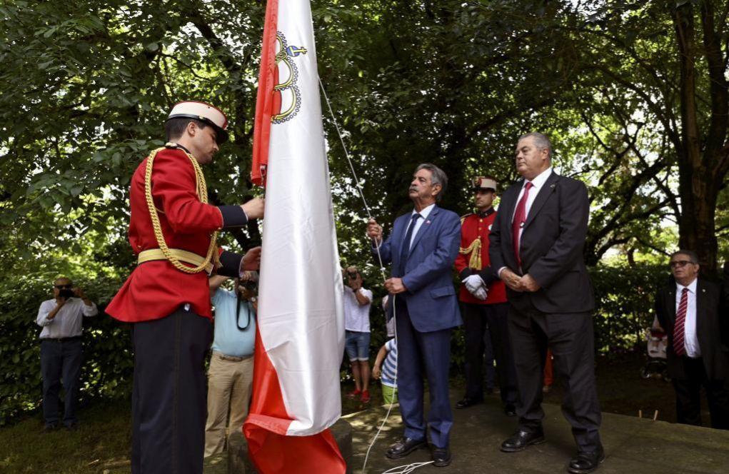 Miguel Ángel Revilla, líder del PRC, izando la bandera cántabra en...