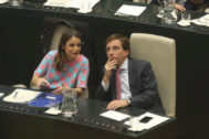 José Luis Martínez-Almeida y Andrea Levy, durante el pleno municipal