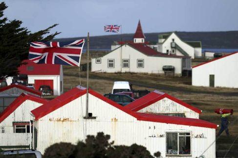 Banderas de la Union Jack ondean en casas de Goose Green, en las Malvinas.