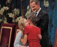 Leonor y Letizia se abrazan durante los premios Princesa de Asturias