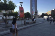 Una joven pasea por las calles de Pristina, la capital de Kosovo.