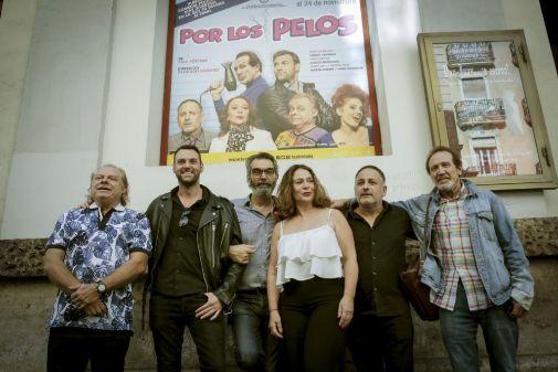 Los protagonistas de 'Por los pelos' posan ante la fachada del Teatro Talia.