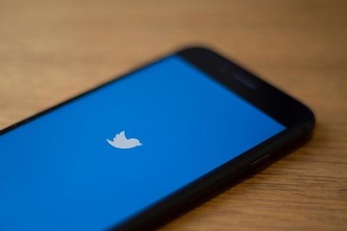 El logo de Twitter, en un teléfono móvil.