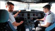 Dos pilotos de Wizz Air en la cabina de un avión estacionado en el aeropuerto de Castellón.