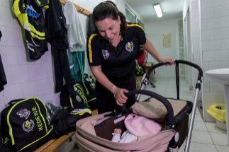 Dar el pecho en el entrenamiento: así es la historia de Ruth, mamá y futbolista