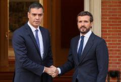 Pedro Sánchez saluda a Pablo Casado durante un encuentro en el Palacio de La Moncloa.