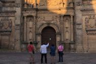 Unos turistas admiran la fachada renacentista de El Salvador en Úbeda.