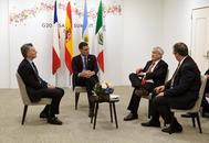 El presidente del Gobierno en funciones, Pedro Sánchez, en una reunión con Sebastián Piñera (segundo por la dcha.), en la cumbre del G20, en junio, en Osaka (Japón).