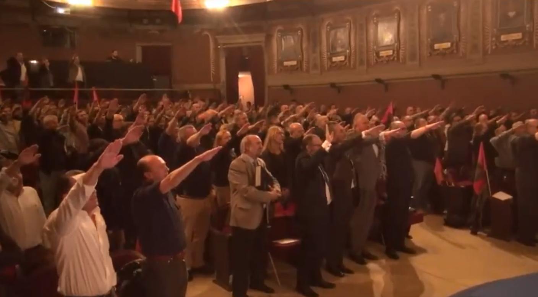 Seguidores de Falange con el brazo en alto el sábado en el Ateneo de Madrid.