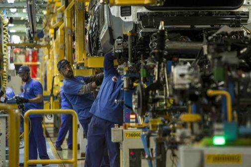 Operarios en una cadena de montaje de la planta de Ford en Almussafes
