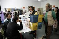 Un cartero entrega en una mesa electoral votos enviados por correo en las elecciones generales del pasado 28 de abril.