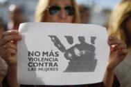 Foto de archivo de una concentración de protesta contra la violencia machista.
