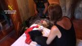 La foto que llevó a la Guardia Civil hasta la madre fugitiva que usaba a sus hijas para hacer vídeos pedófilos