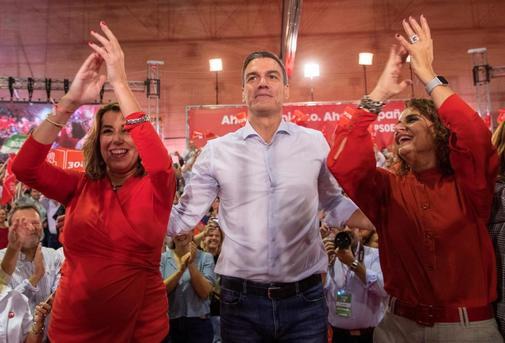 El candidato del PSOE a la Presidencia del Gobierno, Pedro Sánchez, con Susana Díaz (izqda.), este jueves, en Sevilla.