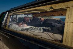 Iván Menéndez tumbado en su coche fúnebre.