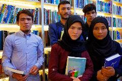 Estudiantes de la Academia Mawud, supervivientes de una matanza del Estado Islámico, posan junto a sus libros en Kabul.