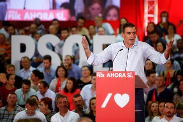 El candidato del PSOE a la Presidencia del Gobierno, Pedro Sánchez, en el mitín de arranque de la campaña electoral, este jueves, en Sevilla.