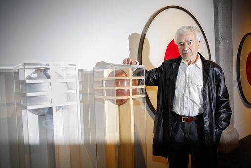 Cruz Novillo, (Cuenca, 1936) escultor, grabador, pintor y diseñador...