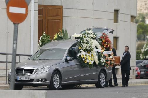 El coche fúnebre con el cuerpo del niño fallecido en el asalto a su...