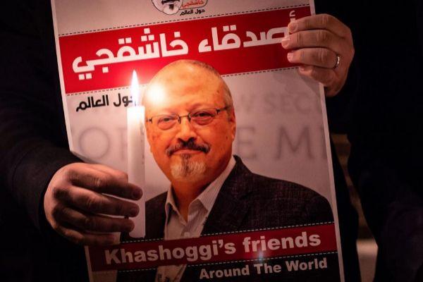 Un manifestante muestra una imagen del periodista asesinado Jamal...