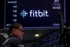 Una pantalla de Bolsa de Nueva York (NYSE) muestra la cotización de Fitbit.