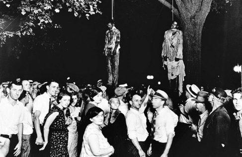 Una multitud es testigos de unos linchamientos, en Marion (Indiana).