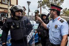 Un agente de los Mossos se dirige a un policía nacional en el referéndum ilegal del 1-O.