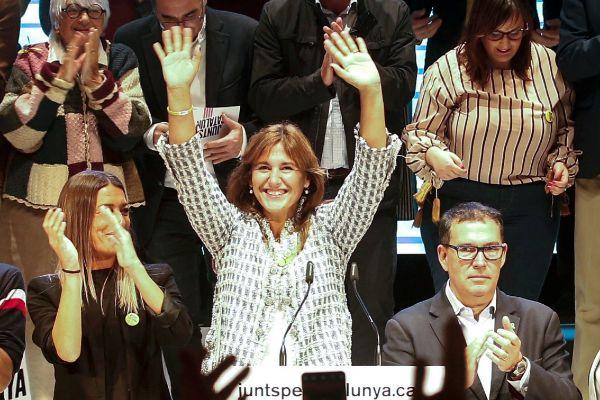 GRAFCAT7265. HOSPITALET (BARCELONA).- La cabeza de lista de JxCat al congreso, Laura <HIT>Borrás</HIT>, saluda a sus simpatizantes a su llegada al acto de inicio de campaña para las elecciones generales que JxCat celebra esta noche en L'Hospitalet (Barcelona).