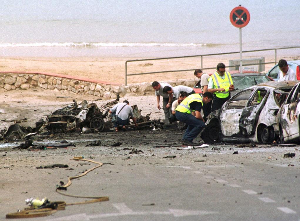 Miembros de la Policía inspeccionan los restos del coche bomba que...