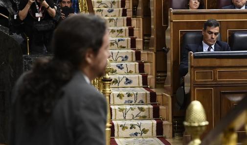 El candidato de Unidas Podemos, Pablo Iglesias (en primer plano), se...