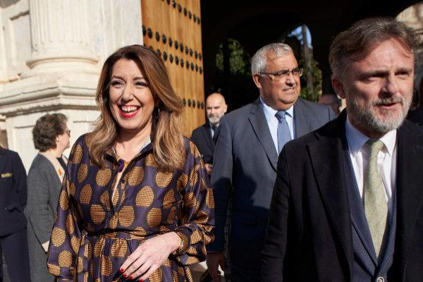 Susana Díaz junto a José Fiscal, saliendo del salón de plenos del Parlamento.