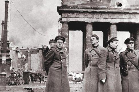 El escritor Vasili Grossman junto a algunos camaradas en la Puerta de Brandeburgo.