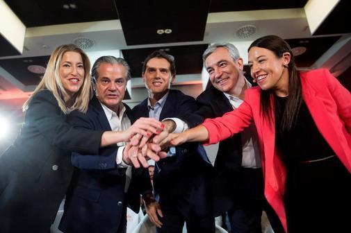 El candidato de Ciudadanos, Albert Rivera (en el centro), con Luis...