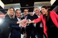 El candidato de Ciudadanos, Albert Rivera (en el centro), con Luis Garicano (a su izqda.) y Marcos de Quinto (a su dcha.), este viernes, en Málaga.