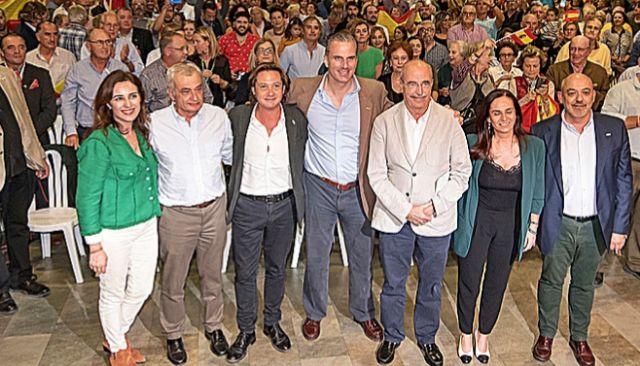 Ortega acompañado de los principales responsables de Vox en las Islas.