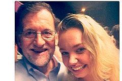Isabelle Wright, de Messina Group, con Mariano Rajoy, en 2016, en Twitter.