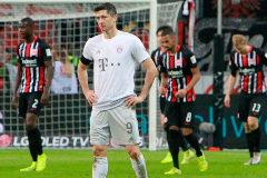 Robert Lewandowski se lamenta tras uno de los goles del Eintracht.