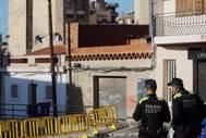 Policías vigilan el entorno del edificio dañado de Badalona.