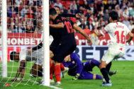 GRAF1211. SEVILLA.- Jugadores del <HIT>Atlético</HIT> de Madrid y del Sevilla amontonados junto a la portería del equipo sevillano en el partido correspondiente a la jornada 12 de LaLiga Santander que se disputa hoy sábado en el estadio Sánchez-Pizjuán, en Sevilla.