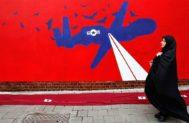 Una iraní junto a un mural antiestadounidense en Teherán.
