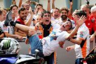Álex y Marc Márquez celebran el título de Moto2 conseguido ayer por el pequeño de los hermanos.