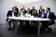 De izqda. a dcha., sentados, Enrique Cabanas (Vox), Pablo Montesinos (PP), Noelia Vera (Podemos), María Casado (presidenta de la Academia de la Televisión), Paco Salazar (PSOE) y Fernando Páramo (Ciudadanos), este domingo, preparando el debate.