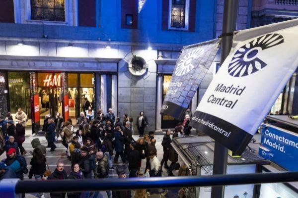 Los carteles de Madrid Central ocupaban Gran Vía, el pasado año,...
