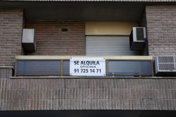Cartel de alquiler en la fachada de un bloque de viviendas en Madrid.