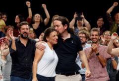 El candidato de Unidas Podemos, Pablo Iglesias, besa a la diputada Yolanda Díaz, en un acto, este domingo, en La Coruña.